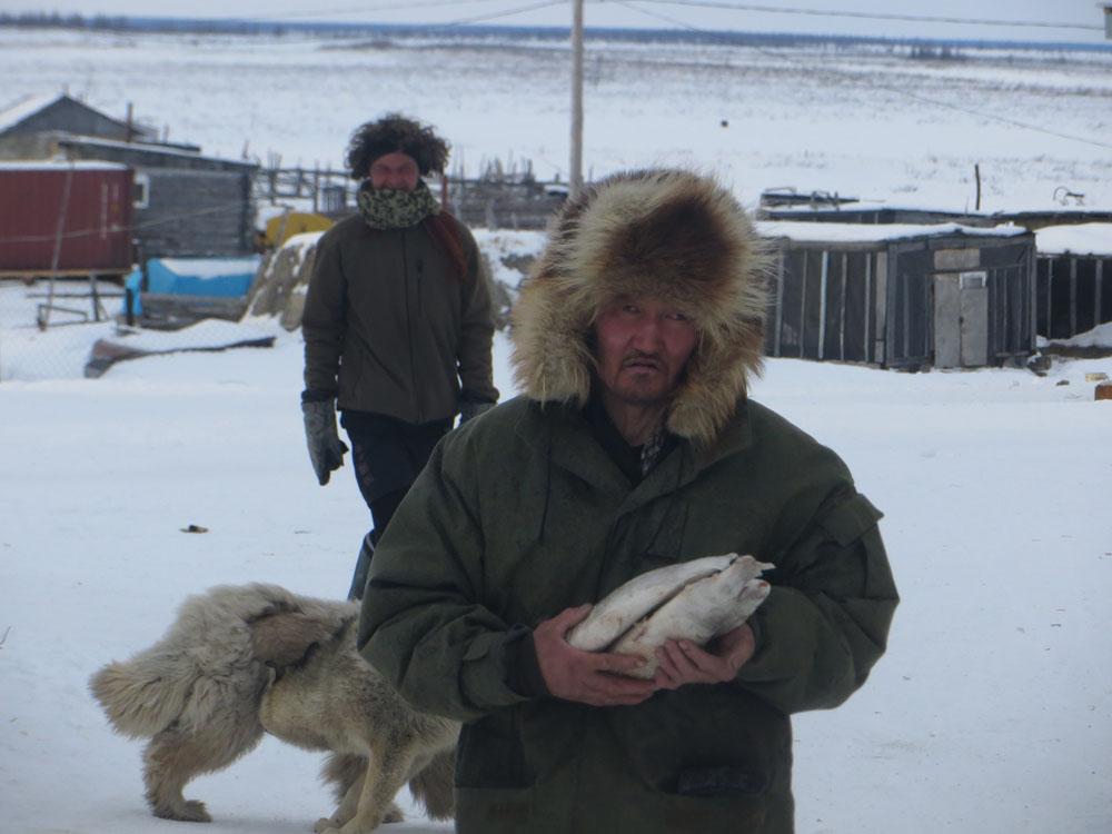 Sacha (Jakut po rosyjsku) daruje rybę